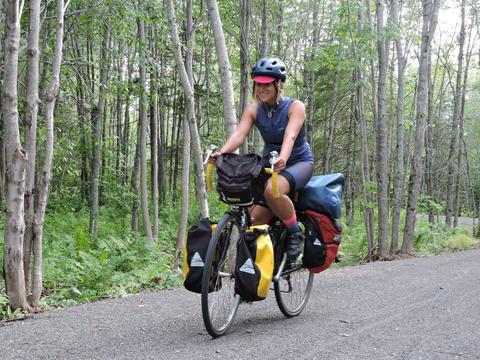 50 livres, matériel de camping inclus, plus une sacoche de guidon qui n'est pas sur la photo. Bien que je n'aie pas de problème à porter ces sacs (tant que le poids est bien équilibré), j'aurais eu avantage à en apporter un peu moins.